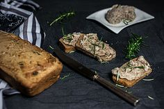 Hausgemachtes Vollkornbrot mit Sasaka Slow Food, Snacks, Bread Baking, Steak, Recipies, Austria, Brown Bread, Homemade Bbq Sauce Recipe, Food Dinners