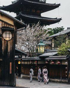 Stimmung in Kyoto. Aesthetic Japan, Japanese Aesthetic, Flame In The Mist, Japon Tokyo, Art Japonais, Kyushu, Visit Japan, Destination Voyage, Japanese Architecture