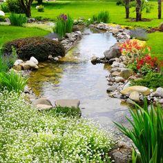 On a l'habitude de voir des bassins dans des jardins, mais avez-vous pensé à créer une rivière? Cela est tout à fait faisable si votre terrain est en pente, y compris en pente douce.