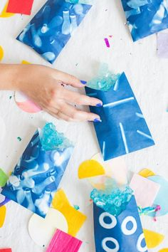 DIY Sunprint Party Favor Bags - how to make printed diy party favor bags using natural sunlight Diy Arts And Crafts, Crafts For Kids, Paper Crafts, Diy Crafts, Craft Party, Diy Party, Party Ideas, Party Favor Bags, Goody Bags