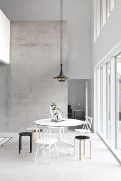 Maja Scandinavian Home with Loft-style Interior Exterior, Interior Architecture, Estilo Interior, Scandinavian Home, Dining Room Design, Dining Area, Kitchen Dining, Dining Table, Kitchen White