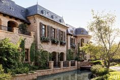 Pin for Later: The Craziest Celebrity House Swaps Yet Gisele Bündchen and Dr. Dre This epic mansion in the LA district of Brentwood was sold by Tom Brady and Gisele Bündchen for a cool $50 million to Dr. Dre.