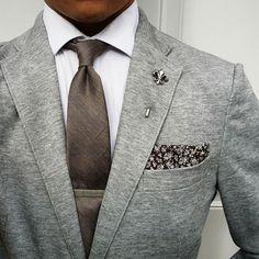 Tie, pocket square: @thetiebar Lapel pin: @melbournedapper Shirt: @hm Jacket: @uniqlousa #dressedchest #thetiebar #melbournedapper by thedressedchest