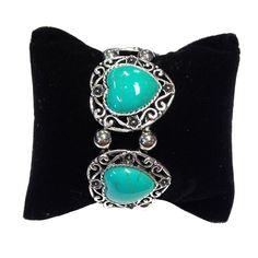 Elastische zilverkleurige armband met hartvormige turquoise stenen