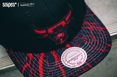 Einen agressiven, rot-schwarzen Look verpassen Mitchell & Ness der neuen Shatter NBA Chicago Bulls Snapback-Cap. Besonders der Splatter-Print auf dem Schirm dieses SNIPES Exclusives macht einiges her! Artikelnr.: 7005634 Preis: 34,99 Euro #snipes #snipesknows #mitchellandness #caps #snapback