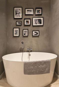 salle de bain taupe avec baignoire îlot et photo comme déco Single Vanity, Vanity, Clawfoot Bathtub, Wall, Bathroom Vanity, Corner Bathtub, Bathroom, Toilet, Bathtub