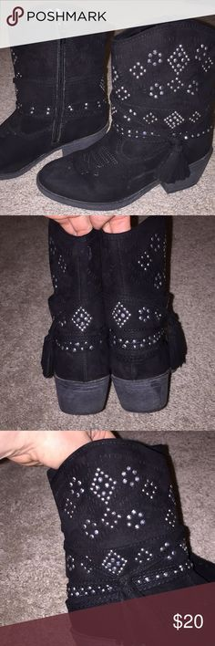 Justice cowboy boots girls size 1 Girls cowboy boots size 1  Justice    size 1 Side zip  Worn a few times. No flaws  Bundle to save  Smoke and pet free home. Justice Shoes Boots