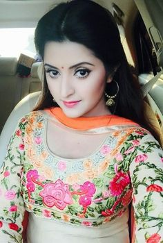 Pori Moni selfie photos