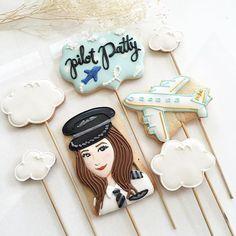 คุกกี้ป้อป เสียบไม้ ใช้แต่งหน้าเค้กก็น่ารักสุดๆ แถมอร่อยด้วยนะค้า สั่งทำ Line: @pfbyjj (มี@) เลยค่า #petitefillebyjj #icingcookies #cookiepops #cookiebouquet #decoratedcookies #sugarcookies