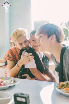 Am i THE only one seeing bambam and Jackson as parents that are just adopting their son