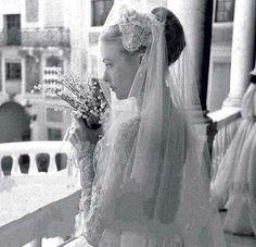 19 April 1956 Wedding Prince Rainier of Monaco & Grace Kelly. © The New Royalty World 2017 Grace Kelly Mode, Grace Kelly Wedding, Grace Kelly Style, Royal Wedding Gowns, Wedding Dress Trends, Royal Weddings, Wedding Dresses, Wedding Bouquet, Princesa Grace Kelly
