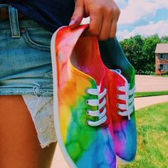 Super easy to do, all you need is sharpies, rubbing alcohol, and eye droppers Tie Dye Shoes, How To Dye Shoes, Sharpie Shoes, Sharpie Art, Rainbow Shoes, Rainbow Outfit, Pride Shoes, Tie Dye Crafts, Do It Yourself Fashion