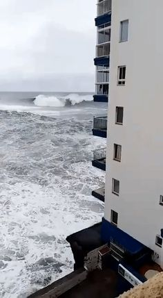 Big wave destroyes third-storey balcony (different angles and aftermath videos in comments) Fast Nature Deals. Natural Phenomena, Natural Disasters, Storm Photography, Nature Photography, Fuerza Natural, Ocean Video, Dame Nature, Wild Weather, Wild Nature