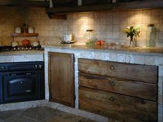 Cucina in muratura con rivestimento in travertino