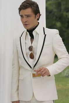 Good morning UpperEast Siders, Gossip Girl here. The White Party was just the beginning for Chuck Bass just you wait and see Xoxo Gossip Girl. Estilo Chuck Bass, Chuck Bass Style, Im Chuck Bass, Gossip Girl Outfits, Gossip Girl Fashion, Gossip Girls, Mafia, Chuck Bass Ed Westwick, Prep Boys