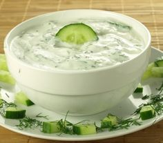 Tzatziki - Przepisy.Ten grecki sos robi właśnie międzynarodową karierę. Wspaniały na lato do dań z grilla.  Tzatziki to przepis, którego autorem jest: Magda Gessler