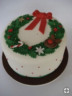 Christmas Garland cake This is the one. Love the design Chrismas Cake, Christmas Themed Cake, Christmas Cake Designs, Christmas Cake Decorations, Christmas Cupcakes, Christmas Sweets, Holiday Cakes, Christmas Cooking, Christmas Goodies