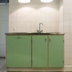 Værnedamsvej: Vi holder meget af den her 50'er inspirerede nyfortolkning af det klassiske forrammekøkken #rimeligretro #grøn #ask #snedkerkøkken #forrammekøkken #nicolajbo #interior
