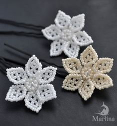 This gorgeous beaded (spring) flower is a very easy beading project which makes it excellent choice for beginners! It's not just super easy to bead, but also very decorative and elegant! This beaded flower can be a gorgeous brooch, hairpin, earring. Free Beading Tutorials, Beading Patterns Free, Beading Projects, Beaded Jewelry Designs, Seed Bead Jewelry, Paper Flower Wreaths, Flower Crafts, Handmade Hair Accessories, Bride Hair Accessories