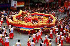 In dem Reich der Mitte werden ausser den Nationalfeiertage zahlreiche Volksfeste gefeiert. Der Drachen Tanz gehört sicher zu den Höhepunkte.