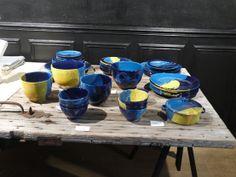 Salle 2, sur une jolie porte en bois, ancienne, la vaisselle en céramique émaillée avec notamment les saladiers en céramique émaillée : http://www.comptoirazur.fr/arts-de-la-table/47-grand-saladier-en-ceramique-emaillee.html
