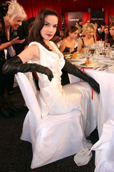 Since someone commented about Natalia Oreiro, I made a last ditch search for her and look what I found. I love women in leather! Sexy Outfits, Elegant Gloves, Gloves Fashion, Long Gloves, Women's Gloves, Black Leather Gloves, Fetish Fashion, Mode Style, Satin Dresses