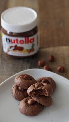 Estas galletas estaban en mi mente desde que ví que llevaban sólo 3 ingredientes; debía probarlas, la única dificultad está en no terminar el bote de Nutella a cucharadas antes de prepararlas.