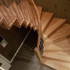 Vangeløs trapp i helstav eik :) Ingen synlig veggvange og uten forvange. Stusstrinn jevnt med forkant trinn, og håndlist i ett stykke :) Trappesnekkerens våte drøm.. #trapp #stairs #håndverk #design #oak #architecture #madeinnorway Stairs, Home Decor, Modern, Ladders, Homemade Home Decor, Ladder, Staircases, Interior Design, Home Interiors