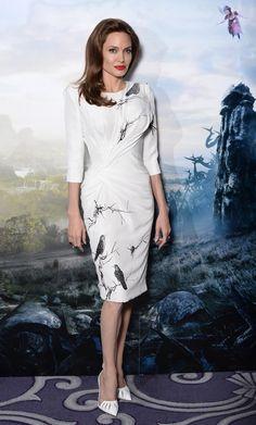 Angelina Jolie in bianco o in nero rimane divina. L'attrice sceglie ancora Atelier Versace, ma questa volta l'abito è bianco con stampe a mano.http://www.sfilate.it/225182/maleficent-in-bianco-angelina-fata
