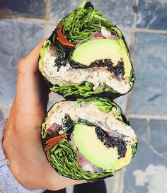 Sushi Burrito🍃🍙💚 Featuring @leefromamerica Consists of romaine, tomato, cashew meat, avocado, wakame seaweed, almonds and red onion…