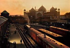 Steve McCurry - Trains in Agra, India