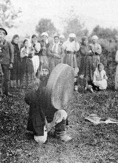 Sagai Kabilesine ait bir Hakas-Türk Şamanı/Kamı ayin/tören düzenlerken-1896 (Fotoğraf, Finlandiya Ulusal Müzesi arşivlerinden)