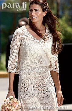 Yanina Solnicki de <i>El Camarín</i> adaptó un vestido de crochet antiguo de 1900 y lo convirtió en una pollera. El cárdigan también es una pieza de crochet de esa época y esconde un top de seda. El bouquet de rosas en tonos de beige.