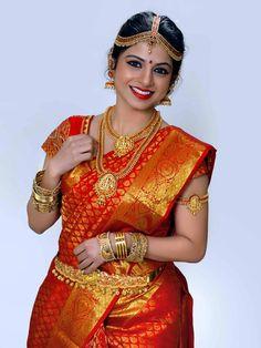 Bridal silk saree and gold jewellery Kerala Wedding Saree, Bridal Sarees South Indian, Bridal Silk Saree, Indian Bridal Fashion, Indian Bridal Wear, Indian Wedding Outfits, South Indian Bride, Bridal Outfits, Saree Wedding