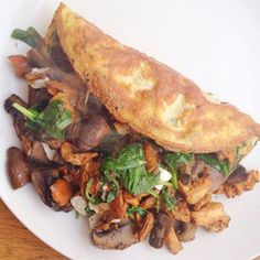 #brunch today - mushroom stuffed omelette with spinach & goat's cheese from @farmdrop. Beautiful Scottish girolles & eggs from @boroughmarket & spinach & chives from @chegworthvalley - you don't have to brave the crowds of Borough market but can order from @farmdrop where they collect the best farm & artisan produce. Contact me for 10 discount voucher! #food #farmersmarket #farmdrop #lowcarb #leanmeals #musclefood #eatclean #highprotein #foodbloggers #hbloggers #healthyfoodporn…
