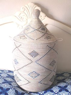 French Country Style in Blue and White, China, Porcelain Look, Master Weavers Laundry Basket, Panier exclusive, Cesto