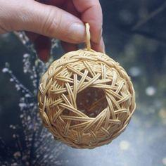Baskets On Wall, Wicker Baskets, Christmas Tree Decorations, Christmas Ornaments, Weaving Designs, Sewing Baskets, Flower Girl Basket, Bird Toys, Weaving Art