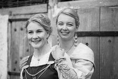 Porträtt på brudpar under ett vikingabröllop . Foto: Tove Lundquist, verksam bröllopsfotograf i Kalmar län och Skåne.