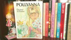 """Poliana, uma menina de onze anos, após a morte de seu pai, um missionário pobre, se muda de cidade para ir morar com uma tia rica e severa que não conhecia anteriormente. No seu novo lar, passa a ensinar, às pessoas, o """"jogo do contente"""" que havia aprendido de seu pai. O jogo consiste em procurar extrair algo de bom e positivo em tudo, mesmo nas coisas aparentemente mais desagradáveis."""