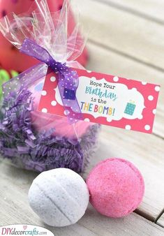 This simple bath bomb birthday gift is super easy to put together and is sure to make your friend smile on her birthday. Simply package up some bath bombs and add this cute birthday tag and you have a perfect birthday gift for friends. Cute Birthday Gift, Birthday Tags, Birthday Gifts For Teens, Birthday Gifts For Best Friend, Birthday Gifts For Girlfriend, Unique Birthday Gifts, Birthday Woman, Birthday Ideas, Teen Birthday