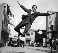 Wish i could dance like gene kelly! Golden Age Of Hollywood, Vintage Hollywood, Hollywood Stars, Classic Hollywood, Gene Kelly, Fred Astaire, Easy Listening, Classic Dance, Non Plus Ultra