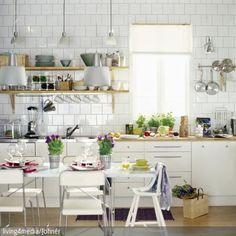 Kombination weiße Möbel, holzfarbene Arbeitsplatte und gleichfarbiger Boden