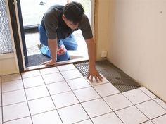 Grusete sko, sølete støvler og vått regntøy er hverdagskost for gulvet i gangen. De fleste gulv er imidlertid ikke beregnet for slik røff behandling, og kan ta skade. Fliser er godt egnet som ganggulv - og du kan fint legge det selv.