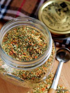 Dzisiaj podam Wam przepis na domową przyprawę z suszonych warzyw i ziół. To taka domowa vegeta, kucharek czy jarzynka - pod taką nazwą znajdziecie coś podobnego w skle...