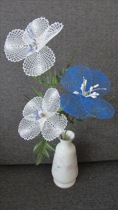 sinivalkoiset kukat. Bobbin Lacemaking, Types Of Lace, Bobbin Lace Patterns, Needle Lace, Lace Making, Lace Flowers, Crochet Motif, Table Decorations, How To Make