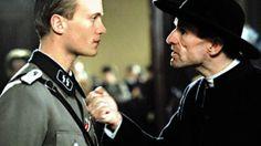 """Der neunte Tag Film 2004 · Trailer - I februar 1942 bliver Abbé Henri Kremer, en præst fra Luxembourg, ganske uventet løsladt fra koncentrationslejren Dachau og sendt hjem. Kremer indser snart, at nazisterne er utilfredse med, at hans biskop nægter at samarbejde med den tyske besættelsesmagt, og at de vil udnytte Kremer til at opildne almenheden til at støtte Hitlers politik i forhold til kirken. Det indebærer blot et """"lille"""" kompromis.   Untersturmführer Gebhardt fra Gestapo, som selv er…"""