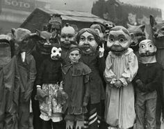 Funny pictures about Halloween used to be really scary. Oh, and cool pics about Halloween used to be really scary. Also, Halloween used to be really scary. Retro Halloween, Costume Halloween, Photo Halloween, Halloween Fotos, Masque Halloween, Vintage Halloween Photos, Halloween Pictures, Creepy Halloween, Vintage Photos