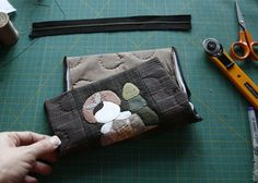 Easy step to step pretty DIY Wallet Tutorial! You can do it for yourself easy. Sew Wallet, Billfold Wallet, Purse Wallet, Diy Wallet Tutorial, Wallet Sewing Pattern, Types Of Handbags, Simple Wallet, Diy Gifts For Men, Slim Leather Wallet