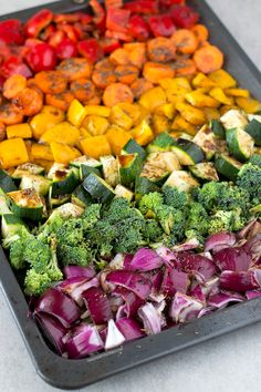 Oil Free Rainbow Roasted Vegetables - Rezeptideen - This recipe is the perfect side dish! I also love to eat these oil free rainbow roasted vegetables with brown rice and some soy sauce or tamari. Side Dish Recipes, Vegetable Recipes, Vegetarian Recipes, Healthy Recipes, Healthy Vegetables, Grilled Vegetables, Plats Healthy, Whole Food Recipes, Cooking Recipes