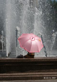 pink umbrella in the rain Pink Umbrella, Umbrella Art, Under My Umbrella, Walking In The Rain, Singing In The Rain, Photo Oeil, Color Splash, Color Pop, Pink Color